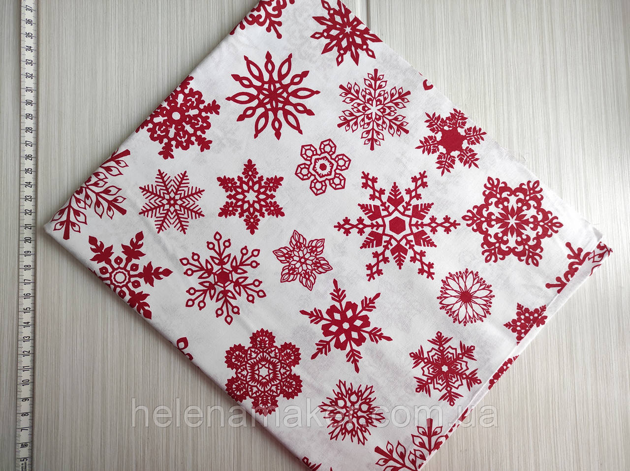 Бавовняна тканина з новорічним малюнком Білі сніжинки на червоному тлі. Відріз 40*50 см