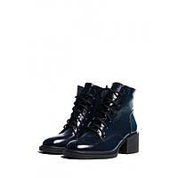 Женские зимние ботинки на овчине на широком каблуке из натуральной лаковой кожи темно-синего цвета
