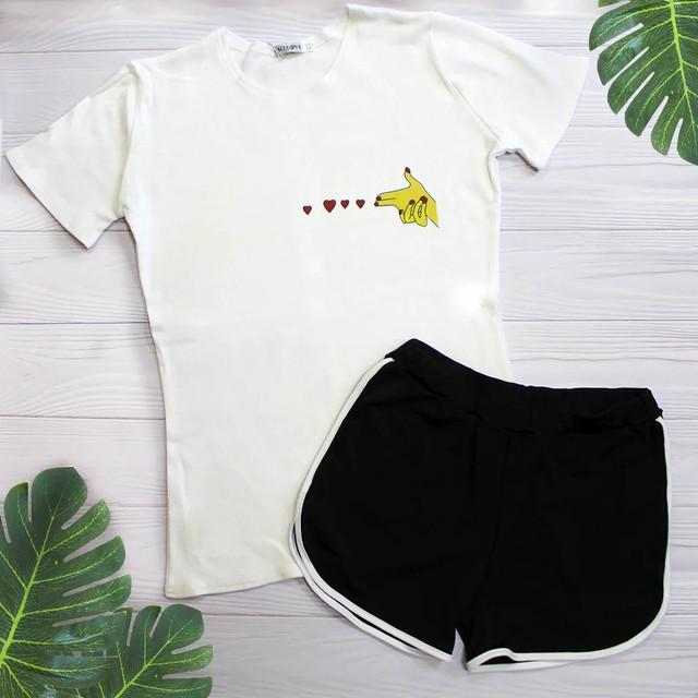 літній костюм шорти футболка з принтом біла футболка чорні шорти