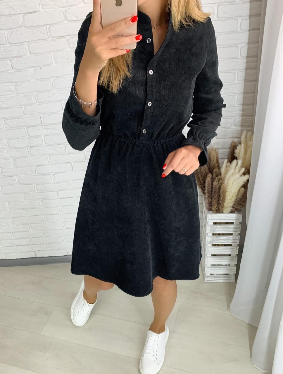 Чёрное вельветовое платье с пуговицами