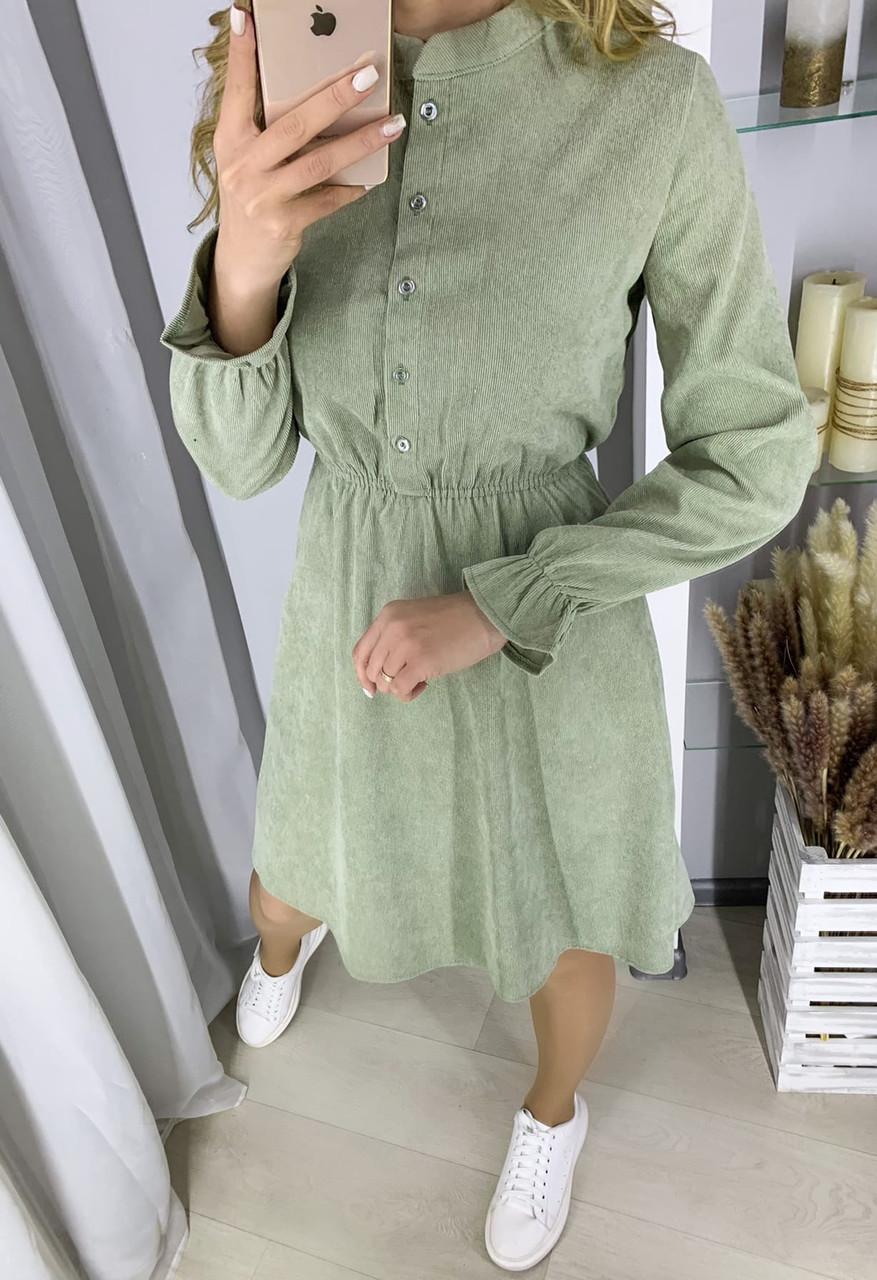 Фисташковое вельветовое платье с пуговицами