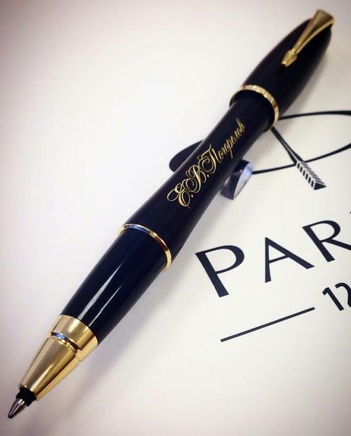 Лазерная гравировка логотипа на шариковых ручках для корпоративных подарков