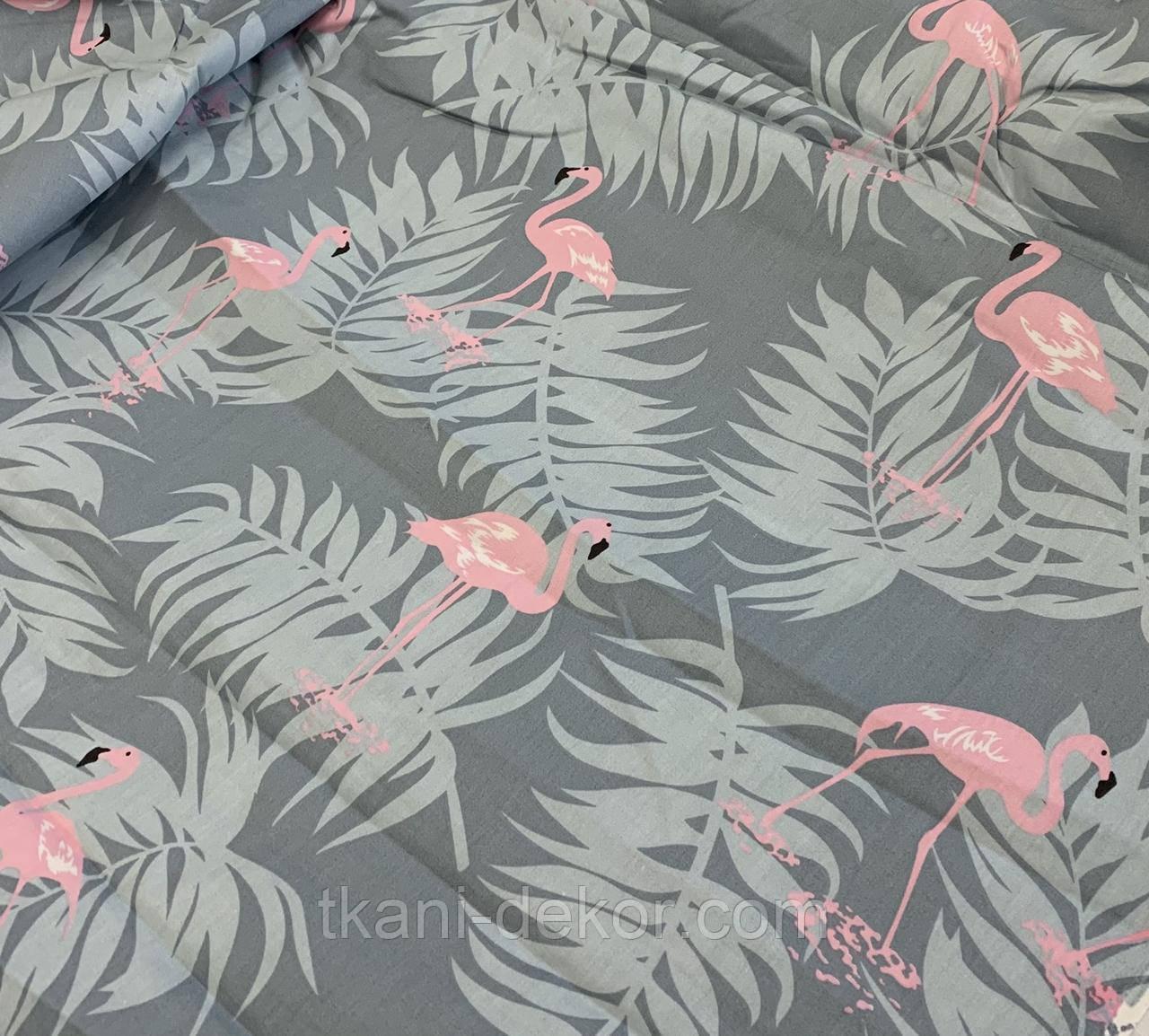 Сатин (хлопковая ткань) на серо-голубом фоне фламинго с пальмовыми листьями