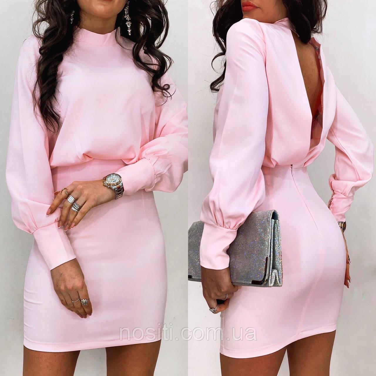 Платье с открытой спиной и длинными рукавами.