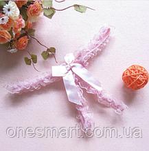 Откровенные трусики украшены кружевом и бантиком с разрезом для игр нежно розового цвета XS-S