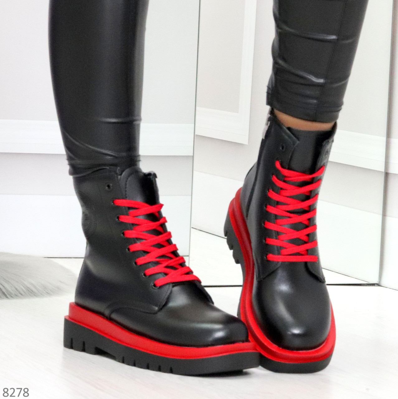 Эффектные яркие черные женские ботинки на красной шнуровке