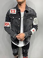 Серый джинсовый пиджак мужской с потёртостью и нашивками модный мужской джинсовый пиджак серый с нашивками М