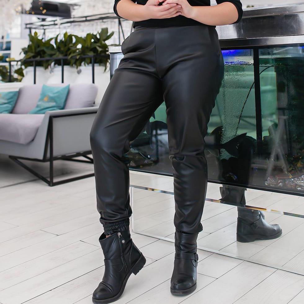 Женские чёрные штаны джоггеры из эко-кожи