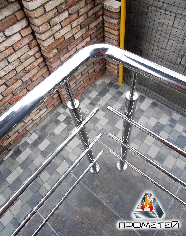 Перила из нержавеющей стали AISI 304 на крыльце частного дома, поручень Ø50 мм, стойка Ø42 мм, 3 ригеля Ø16 мм