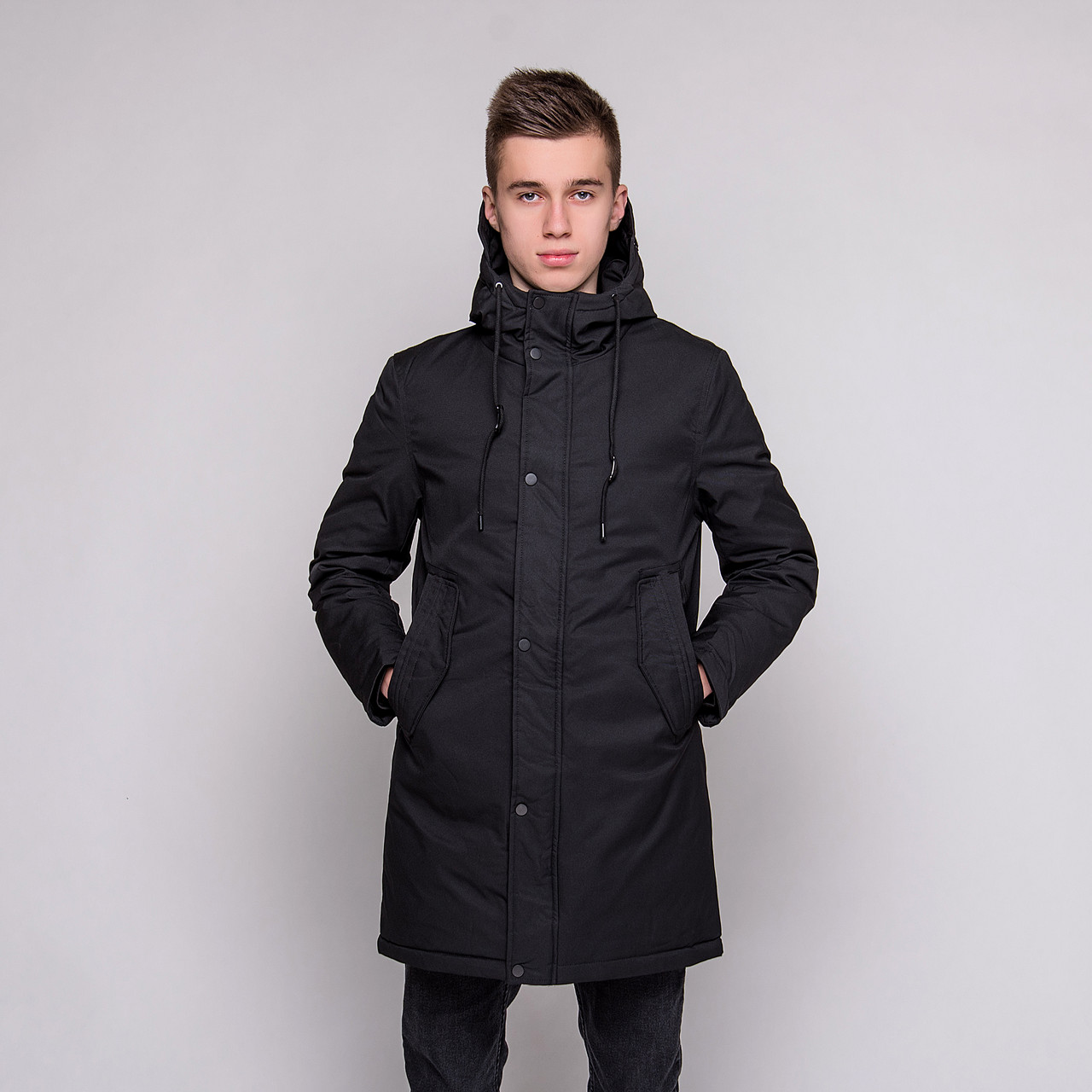 Чоловіча зимова куртка, чорного кольору.