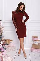 Бордовое облегающее платье с кружевной вставкой