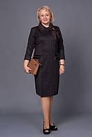 Деловое женское платье прямого кроя в клетку  декорирован молнией на карманах и шарфиком
