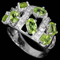 Серебряное кольцо с перидотами 18,7 размера.