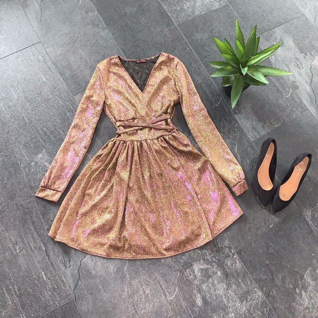 Женское расклешенное платье из люрекса с декольте