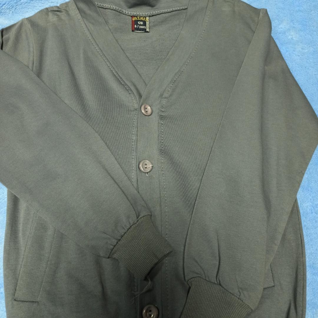Модный красивый классический трикотажный джемпер для мальчика серого цвета. Рукав и низ джемпера на манжете.