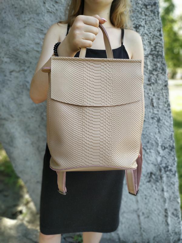 """Кожаный рюкзак-сумка (трансформер) с тиснением под змеиную кожу """"Питон Beige"""""""