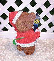 Новогодняя садовая фигура Медвежонок в красном костюме с фонариком, фото 3