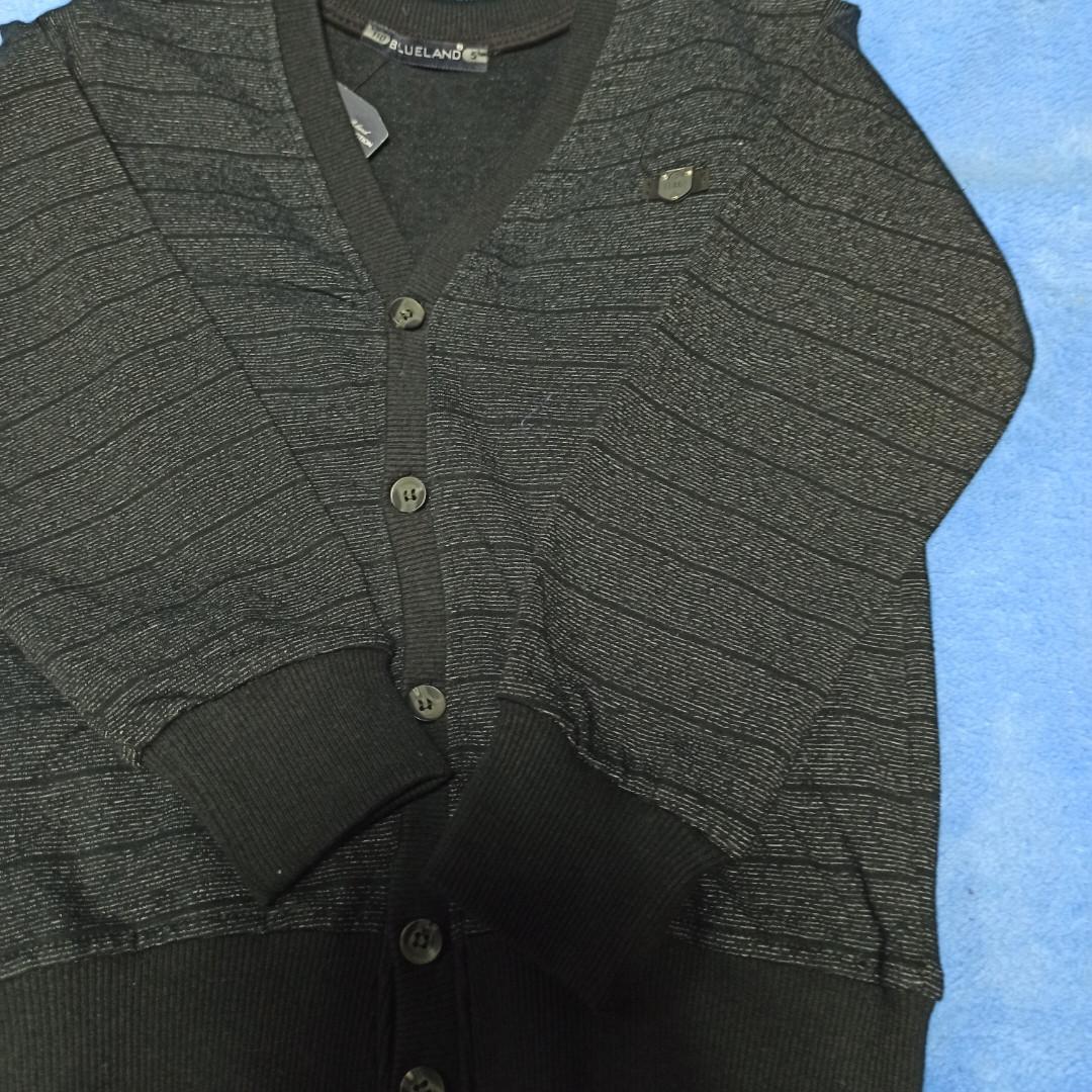 Модный красивый нарядный джемпер серого цвета для мальчика.