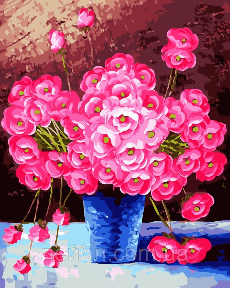 Розовые цветы в синей вазе