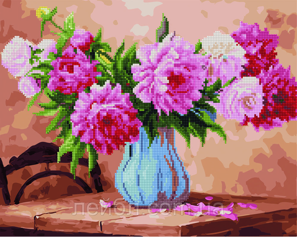 Розовые пионы на столе