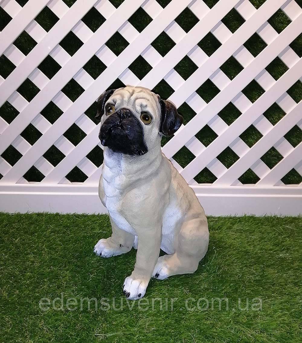 Садовая фигура собака Мопс сидящий