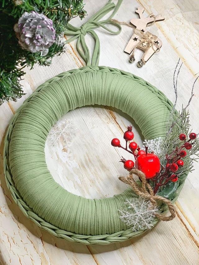 Рождественский венок из трикотажной пряжи Bobilon Medium 7-9 мм