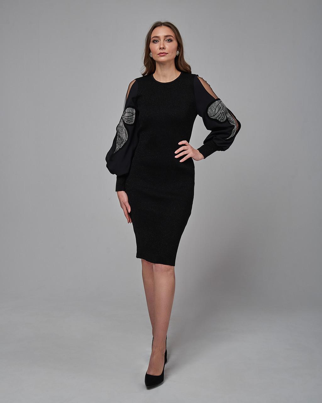 Черное платье прямого силуэта
