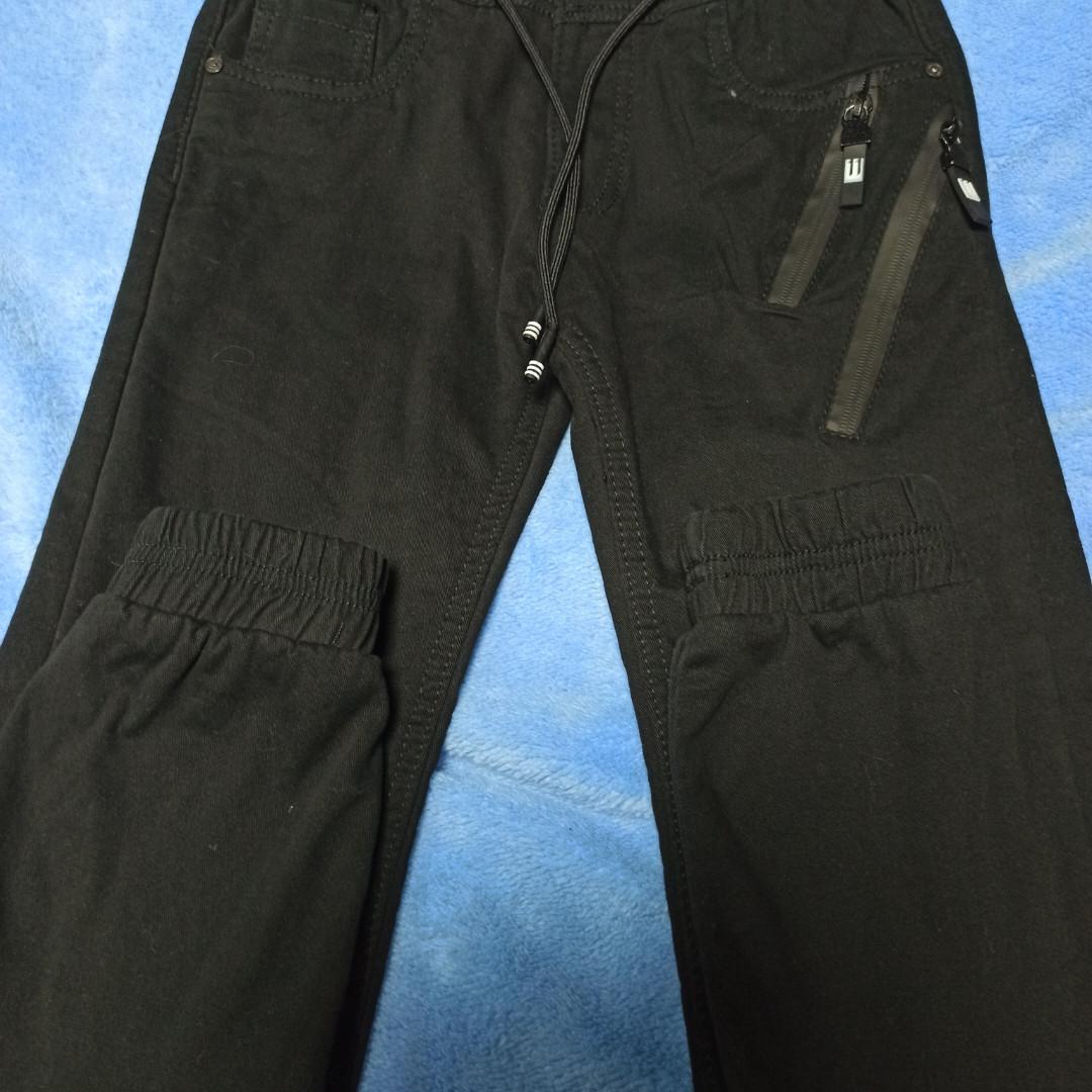 Джинсы теплые модные чёрного цвета  для мальчика. Утепление- флис. Внизу джинсы на манжете.