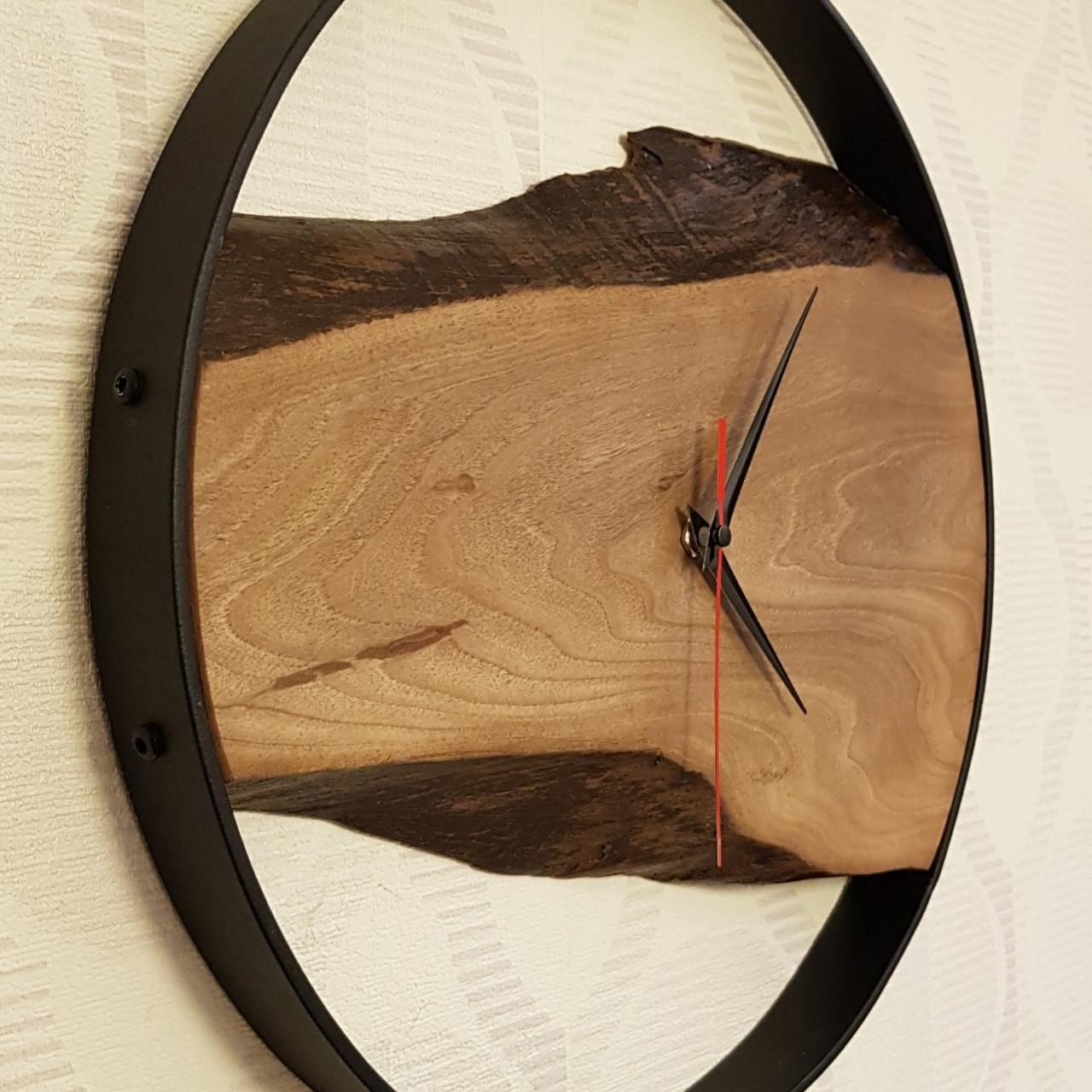 Настенные декоративные часы с массива грецкого  ореха. Диаметр-36 см