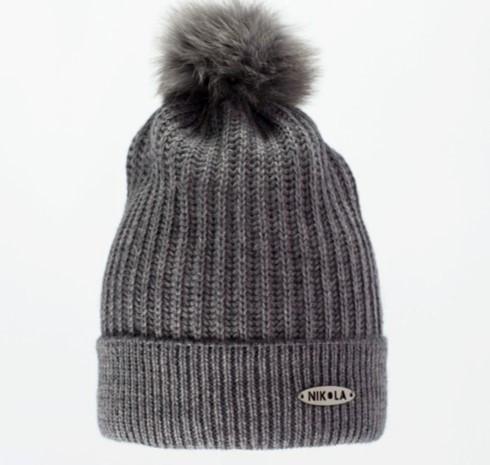 Гарна тепла в'язана жіноча шапка з хутряною бумбоном.