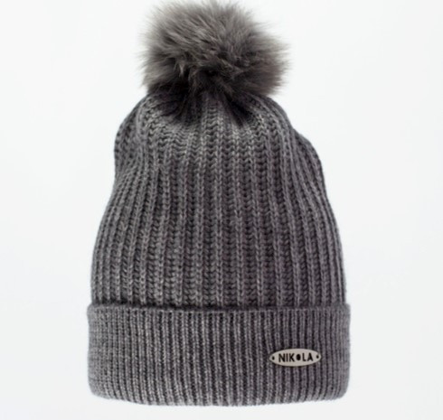 Красивая теплая вязаная женская шапка с меховым бумбоном.