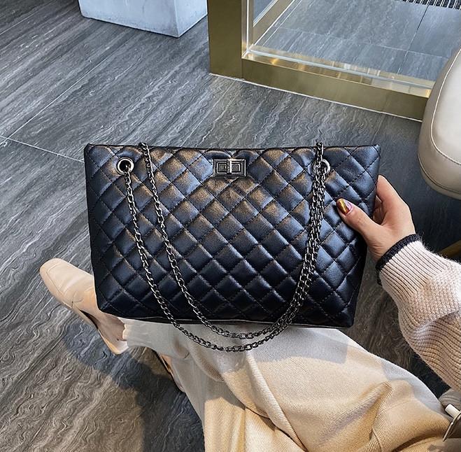 Женская большая классическая сумка шопер на цепочке черная