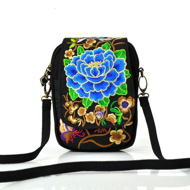 Мини-сумка с цветочной вышивкой