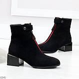 Модельные женственные черные замшевые ботинки ботильоны с красным декором, фото 2
