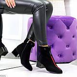 Модельные женственные черные замшевые ботинки ботильоны с красным декором, фото 3