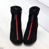Модельные женственные черные замшевые ботинки ботильоны с красным декором, фото 6