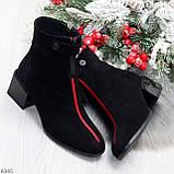 Модельные женственные черные замшевые ботинки ботильоны с красным декором, фото 9