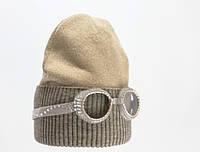 Удобная и стильная трикотажная женская шапка с декоративным украшением.