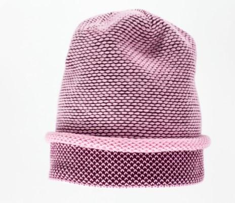 Оригинально связанная женская шапка с декоративным отворотом.