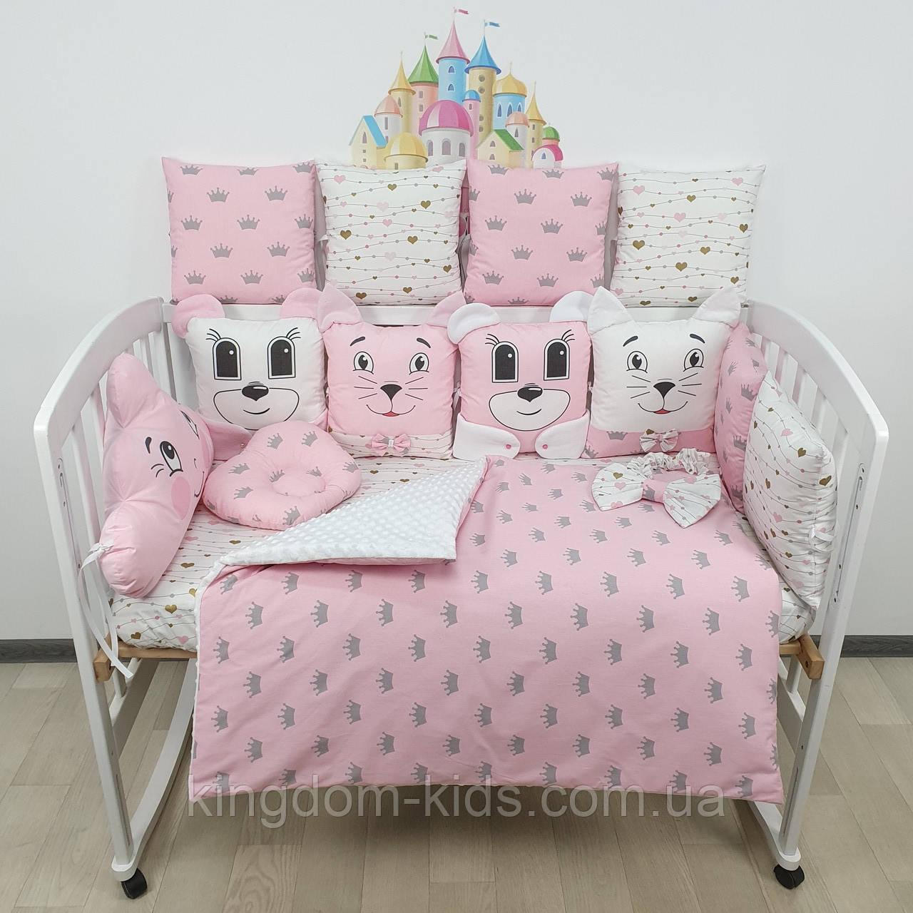 Комплект бортиков и постельного в кроватку с игрушками и облаком в розовых тонах с золотыми сердечками