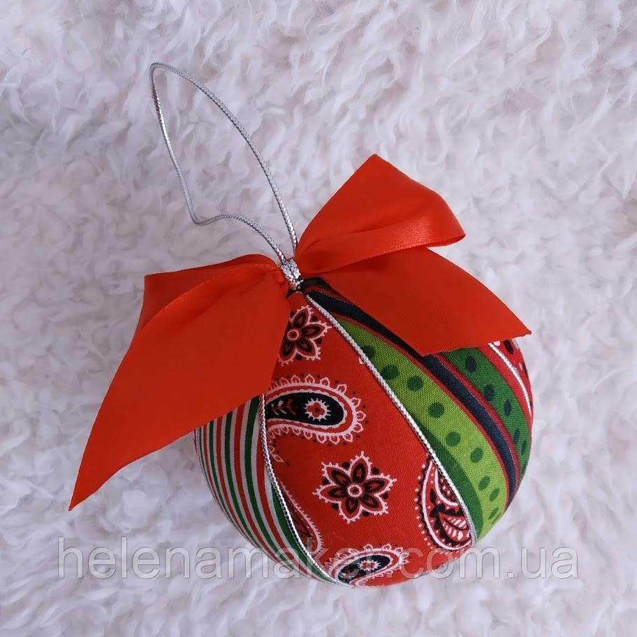 Новогодний шар ручной работы красно-зеленый с узором Пейсли. Диаметр 10 см