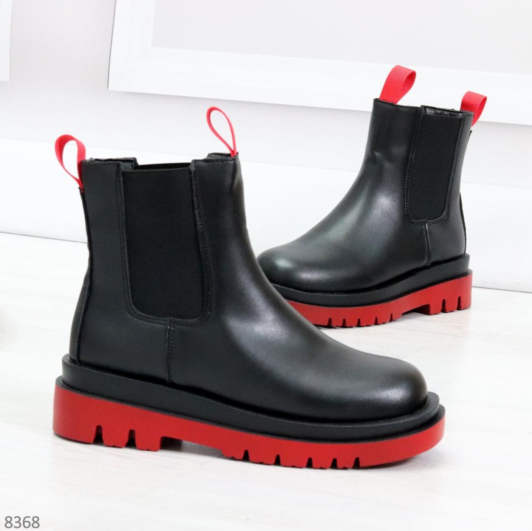 Стильные удобные демисезонные черные женские ботинки челси с красным декором