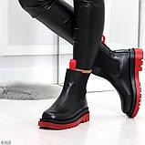 Стильные удобные демисезонные черные женские ботинки челси с красным декором, фото 3