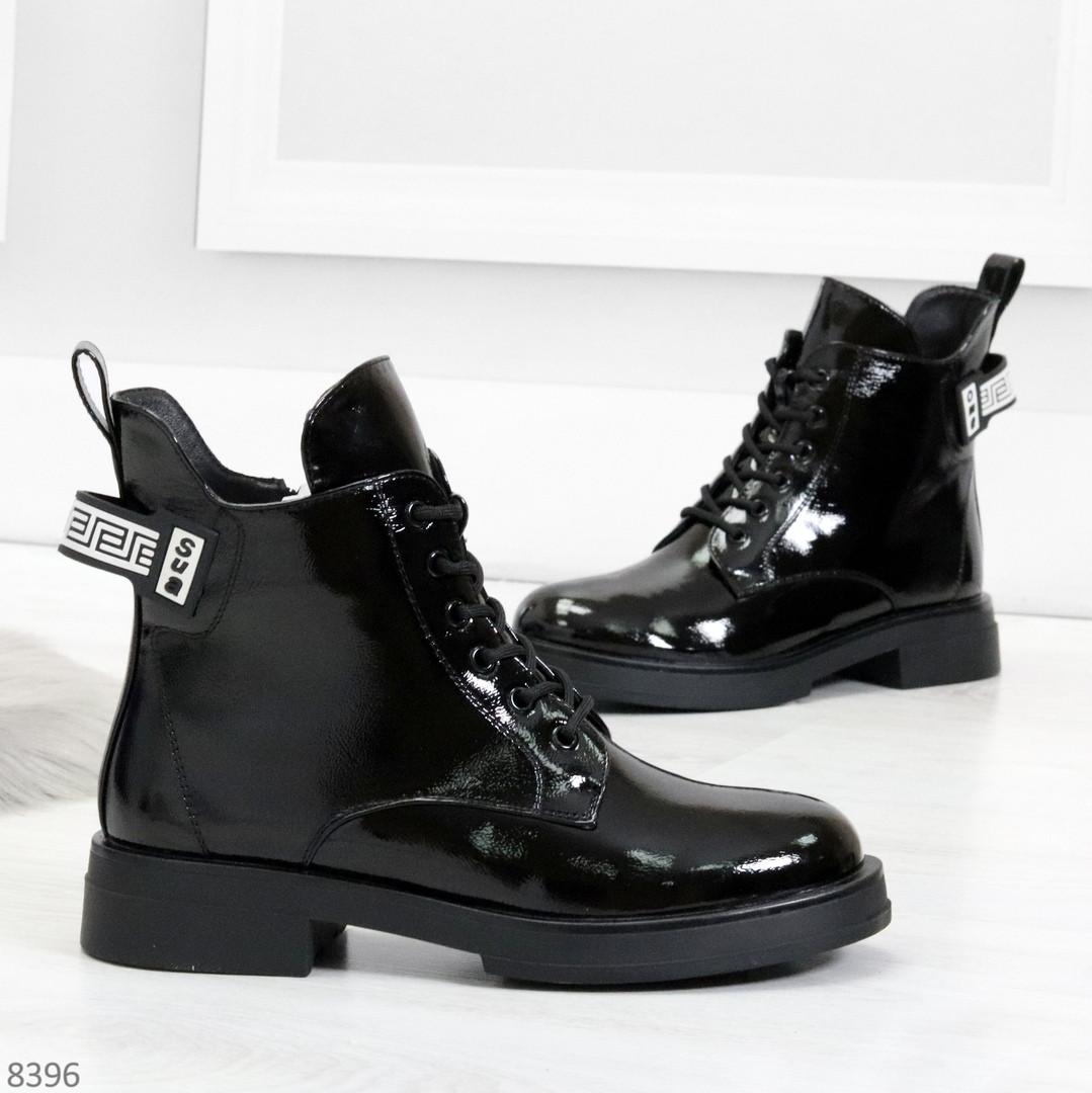 Модные практичные глянцевые черные женские ботинки на флисе с декором