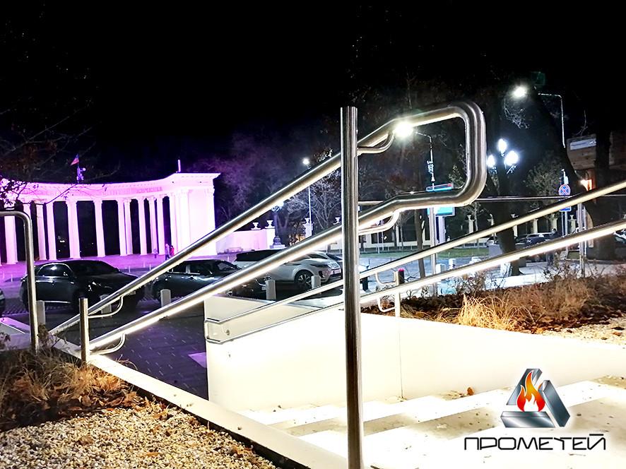 Лестницы со светодиодной подсветкой с установкой ламп на перилах или поручнях