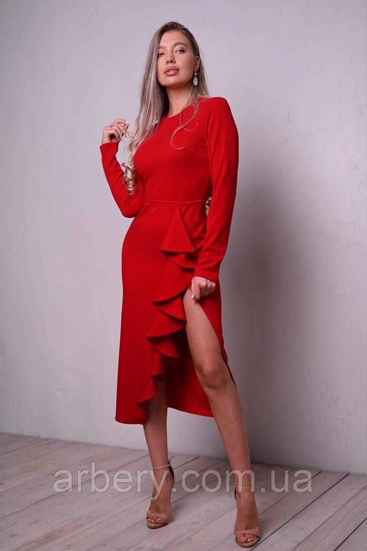 Роскошное силуэтное платье с разрезом и воланами