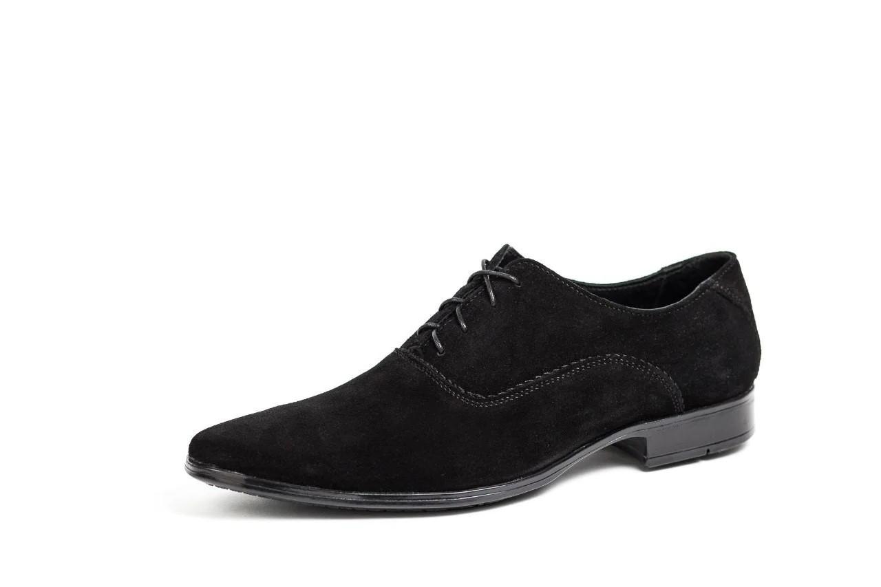 Замшеві чорні туфлі.