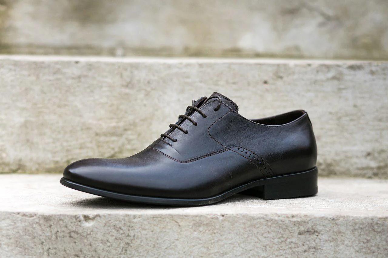 Коричневі туфлі оксфорди.
