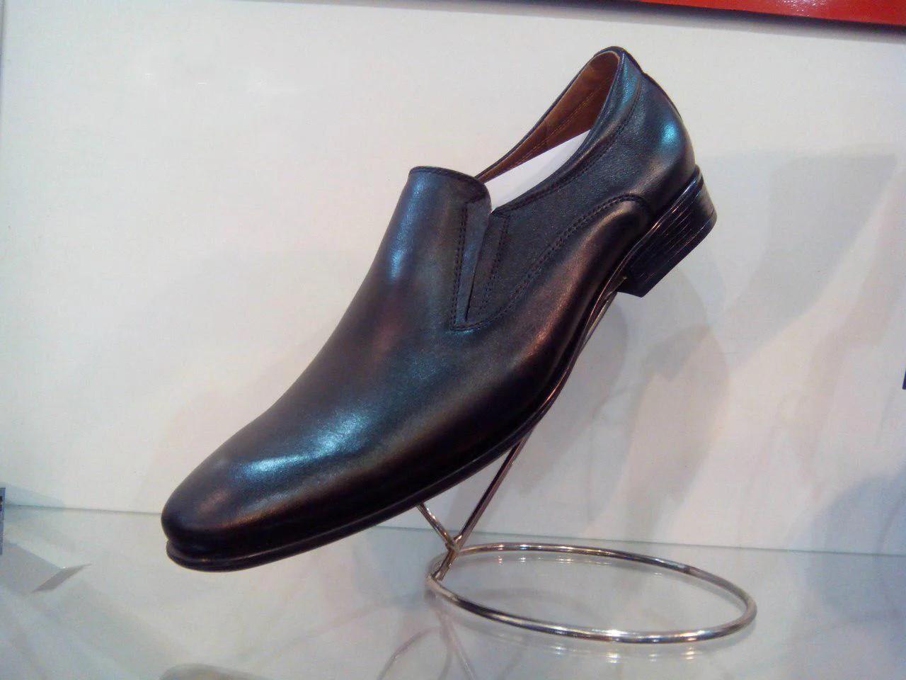 Чорні шкіряні туфлі.