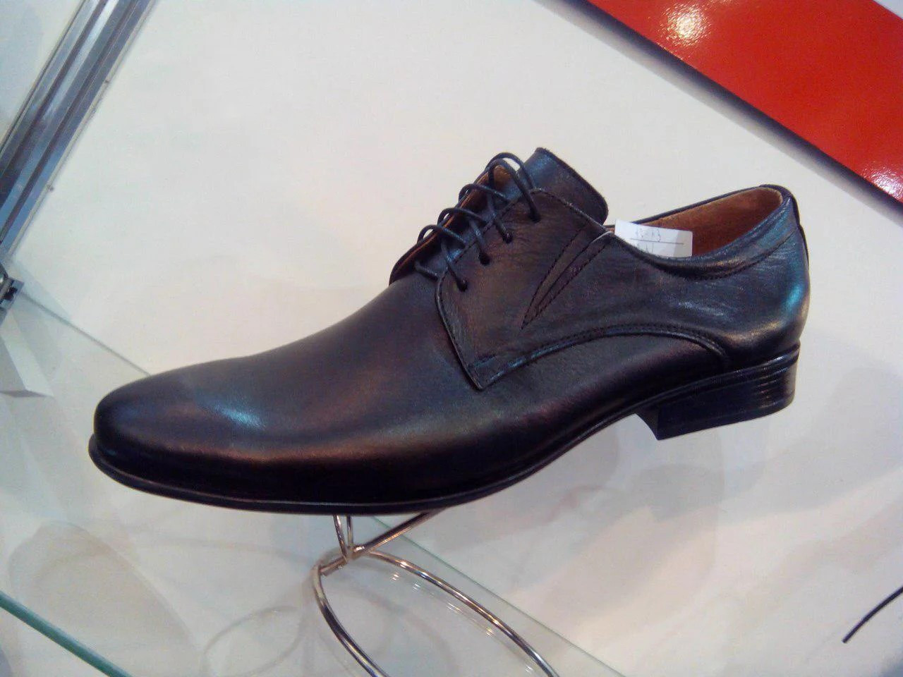 Шкіряні чорні туфлі дербі.